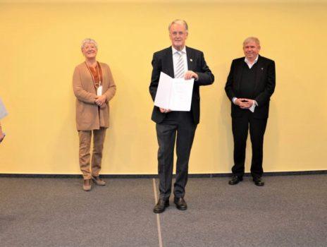 Landrätin Dorothea Schäfer überreicht Landesehrennadeln