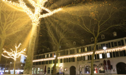 Weihnachtliche Dekoration in Rüsselsheim lässt Adventszeit erstrahlen