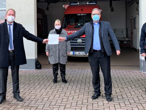 Übergabe des Zuwendungsbescheids für neues Tanklöschfahrzeug an VG Rhein-Selz