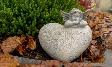 Grabschmuck auf pflegefreien Urnengrabstätten entfernen