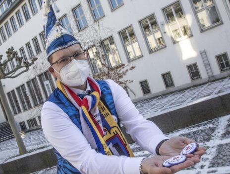 Fastnachtsbrauch anders: Schwarze Elf übergibt Buttons im Rathaus