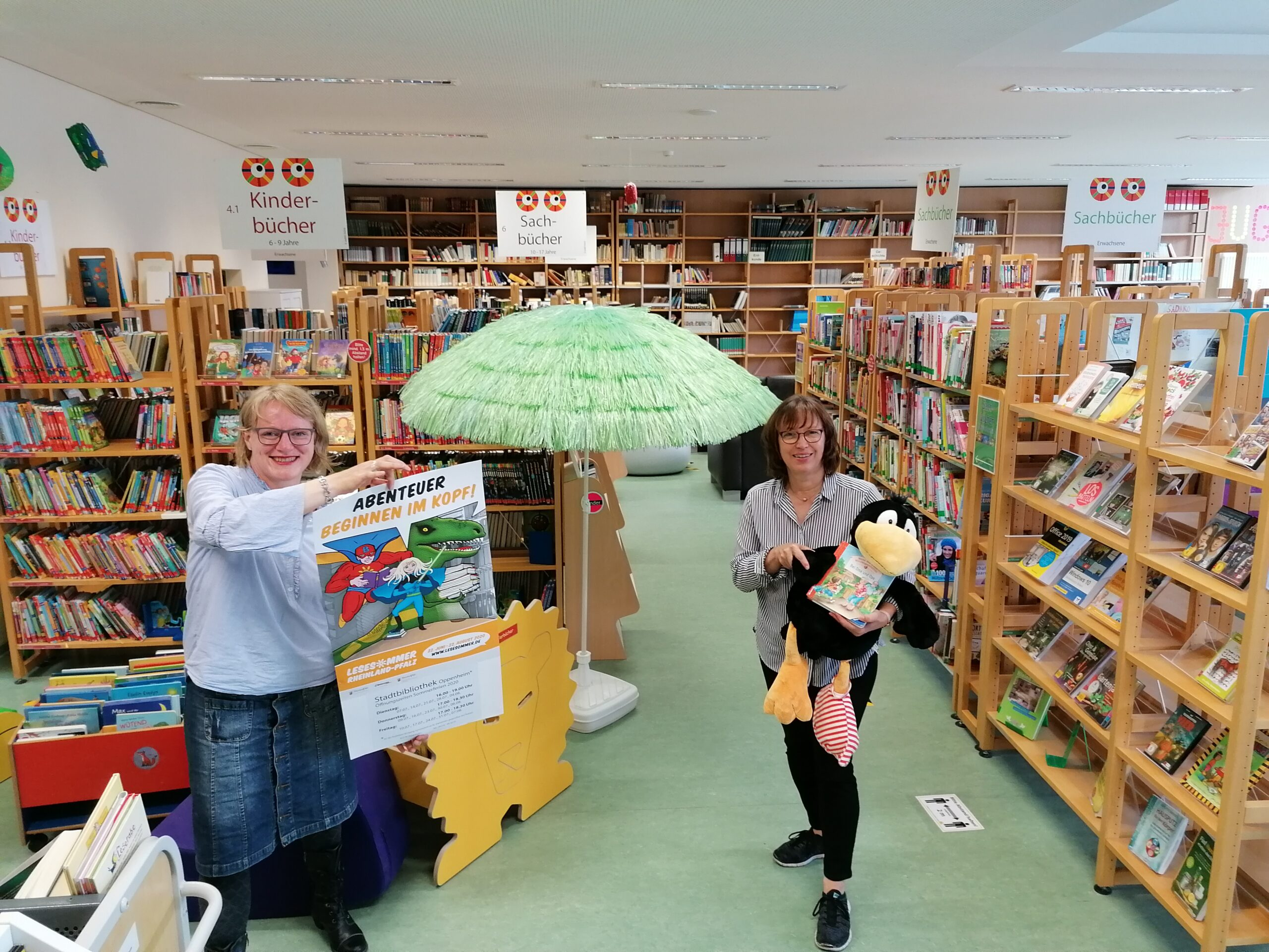 Das Archivfoto aus dem Juni 2020 zeigt Susanne Pohl (re.) und Judith Stürtz (li.) bei der Eröffnung des Lesesommers (© C. Mühleck / Stadt Oppenheim).
