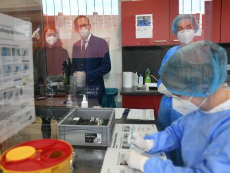 Gesundheitsminister Klose besucht Impfzentrum des Main-Taunus-Kreises