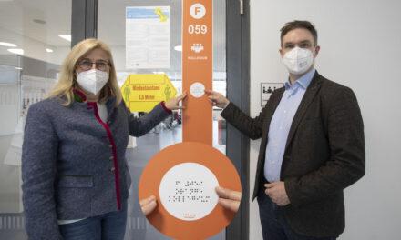 Farbleitsystem an städtischen Schulen jetzt mit Blindenschrift