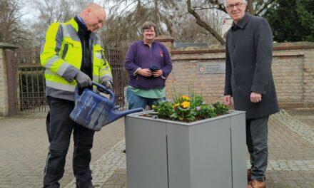 Neue Blumenkübel vor dem Friedhofseingang