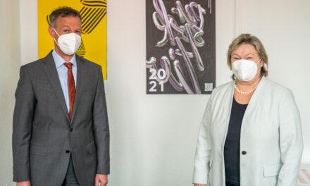 """<span class=""""entry-title-primary"""">""""Rüsselsheim hat als Hochschulstadt Potenzial"""":</span> <span class=""""entry-subtitle"""">Besuch von Hochschul-Präsidentin Prof. Dr. Eva Waller</span>"""