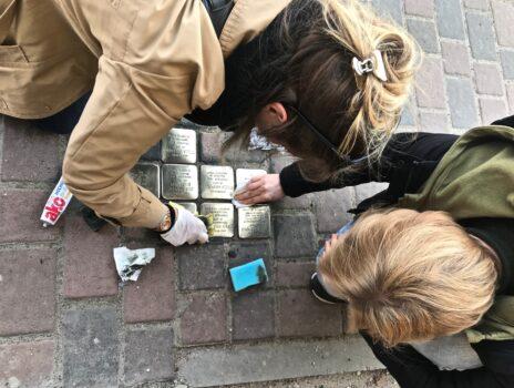Reinigung der Stolpersteine in Nierstein – ein Zeichen setzen gegen Rechtsextremismus