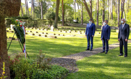 Gedenken 76 Jahre nach Kriegsende: Kranzniederlegung auf dem Waldfriedhof