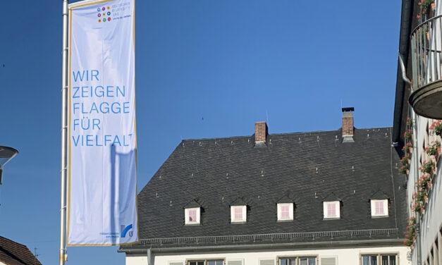 """Das Rüsselsheimer Rathaus zeigt """"Flagge für Vielfalt"""" zum Deutschen Diversity-Tag"""