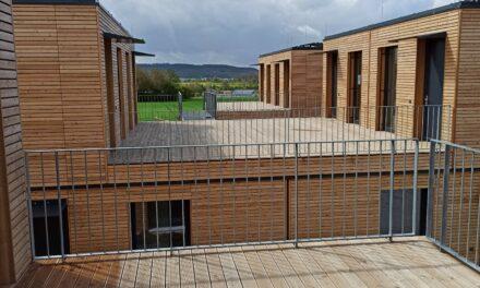"""<span class=""""entry-title-primary"""">Projekt Raiffeisenstraße</span> <span class=""""entry-subtitle"""">Ökologisch, nachhaltig und gesund: Bauamt informierte sich über Holzbauweise</span>"""