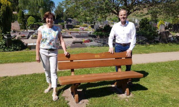 Birgit Raddeck stiftet Bank für den Friedhof