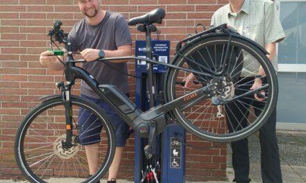 """<span class=""""entry-title-primary"""">Zweite Fahrradreparaturstation in Kriftel</span> <span class=""""entry-subtitle"""">An der Schwarzbachhalle können Radfahrer jetzt kostenfrei kleine Pannen beheben</span>"""