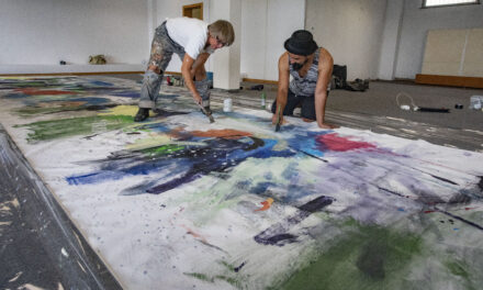 """Live-Painting Aktion """"10 Meter Freiheit"""" zieht Passantinnen und Passanten in ihren Bann"""