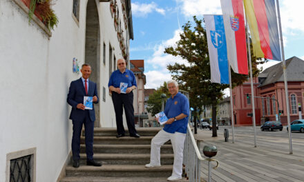 Oberbürgermeister nimmt RCV Festschrift in Empfang