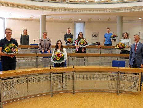 Oberbürgermeister Udo Bausch gratuliert zum Ausbildungsabschluss