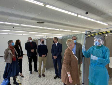Landrätin in PCR-Teststation in Oppenheim: Dezentrale Testmöglichkeiten wichtig