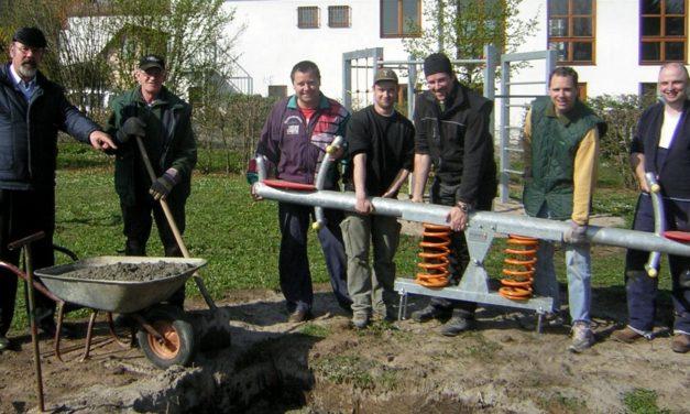 """<span class=""""entry-title-primary"""">Abwechslung und Spielvergnügen</span> <span class=""""entry-subtitle"""">Eltern bauen Spielgeräte auf</span>"""