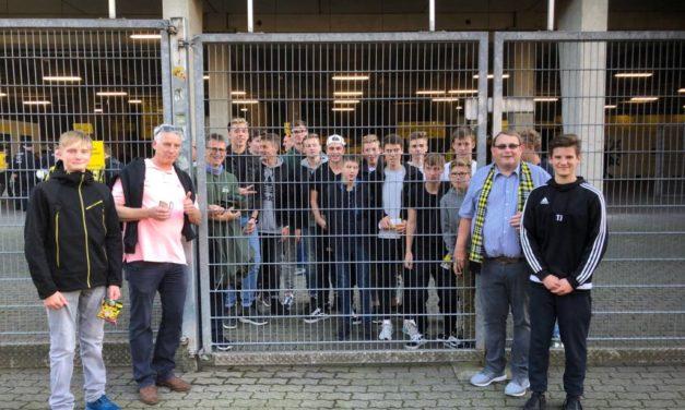 """<span class=""""entry-title-primary"""">Beeindruckende Atmosphäre mit der """"gelben Wand""""</span> <span class=""""entry-subtitle"""">C-Jugend des Jugendfördervereins Nierstein zu Gast im Dortmunder Signal-Iduna-Park</span>"""