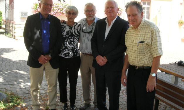 """<span class=""""entry-title-primary"""">Ahnenforschung in Bodenheim</span> <span class=""""entry-subtitle"""">John und Carole Hirschmann besuchen Wohnort ihrer Familie</span>"""