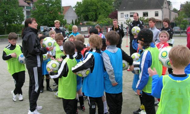"""<span class=""""entry-title-primary"""">Entwicklungsgerechtes Training für junge Kicker</span> <span class=""""entry-subtitle"""">DFB-Trainer geben Kindern und Jugendtrainern Tipps und Infos</span>"""
