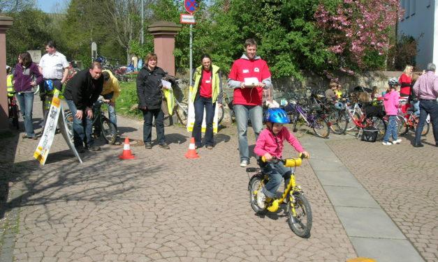 """<span class=""""entry-title-primary"""">Mit Sicherheit ans Ziel</span> <span class=""""entry-subtitle"""">Grundschulkinder bewältigen bravourös Aufgaben beim Fahrradturnier</span>"""