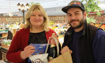 Gewinnerin erhält einen gefüllten Shopping Bag