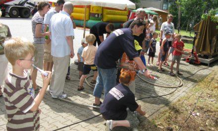"""<span class=""""entry-title-primary"""">Selbst zur Spritze gegriffen</span> <span class=""""entry-subtitle"""">Sommerfest der Hochheimer Feuerwehr mit zahlreichen Aktionen</span>"""