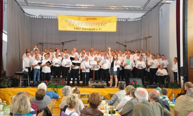 """<span class=""""entry-title-primary"""">Dienheim singt zum 110. Jubiläum</span> <span class=""""entry-subtitle"""">80 Männer zum Singen auf die Bühne gebracht</span>"""