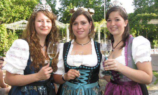 """<span class=""""entry-title-primary"""">Auf zu den Kostheimer Weintagen!</span> <span class=""""entry-subtitle"""">Noch bis 23. August Lebensfreude pur rund um den Weinprobierstand am Mainufer</span>"""