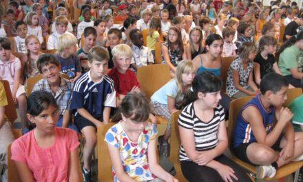 """<span class=""""entry-title-primary"""">Endlich ab in die Sommerferien</span> <span class=""""entry-subtitle"""">Mit der Zeugnisausgabe endete für viele Jungen und Mädchen auch die Grundschulzeit</span>"""
