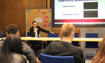 """<span class=""""entry-title-primary"""">Rathaus und Schule im Dialog</span> <span class=""""entry-subtitle"""">Max-Planck-Schüler diskutieren über Stadtentwicklung</span>"""