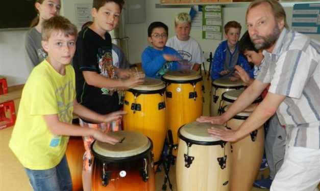"""<span class=""""entry-title-primary"""">Trommelworkshop in der Projektwoche</span> <span class=""""entry-subtitle"""">Neun Kinder aus der 2. und 3. Klasse bei """"Trommeln wie in Brasilien""""</span>"""