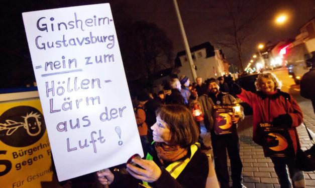 """<span class=""""entry-title-primary"""">Mit Lichtern gegen den Fluglärm</span> <span class=""""entry-subtitle"""">Gustavsburger wehren sich erstmals mit einer Demonstration gegen den Fluglärm</span>"""