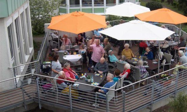 """<span class=""""entry-title-primary"""">Spätsommer-Sonne auf der Maincafé-Terrasse – auch für Gäste</span> <span class=""""entry-subtitle"""">Altenzentrum Haus Mainblick</span>"""